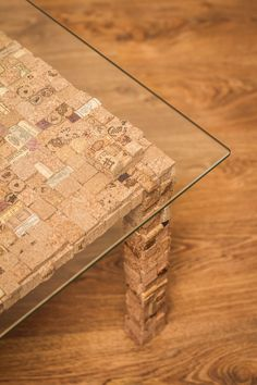 Журнальный стол «Salvador» Дизайнерский журнальный стол ручной работы из пробковой мозаики, с стеклянной столешницей. -Бренд #TCS #TkachukCorkStyle -Высота: 45 см  -Размер столешницы: 60\60 см -Толщина стеклянной столешницы: 8 мм (Закалённое стекло)  -При необходимости столешница быстро и легко демонтируется -Материал: деревянная основа, покрытая пробковой мозаикой -Пробковая мозаика влагостойкая, огнеупорная и антистатична – вам не придется постоянно вытирать его от пыли. -Также, возможна…