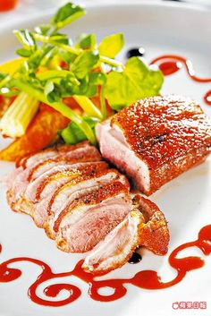 法式櫻桃鴨胸 490元  鴨胸肉嫩還帶肉汁,櫻桃醬汁酸香解膩。