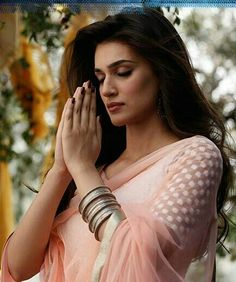 Kriti sanon praying