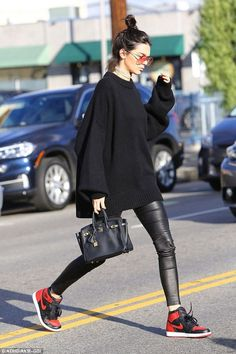 Nada mejor que inspirarte para usar una de las prendas IT de esta temporada: ¡leather pants! Cómodos, imitan tu piel y, además, estilizan las piernas. Ideales tanto para la noche como para el día; levantan SI O SI cualquier look. El pantalón de cuero en color negro se volvió ineludible a la hora