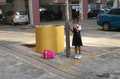 Menina De 8 Anos é Acorrentada a Poste Por Ter Faltado a Uma Aula
