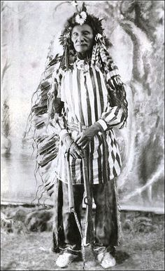 Rare full length portrait of Sioux Chief Crazy Bear wearing Ghost Dance Suit. 1891 at Pine Ridge, S. Native American Pictures, Native American Beauty, Native American Tribes, Native American History, American Indians, Navajo, Indiana, Art Premier, Native Indian