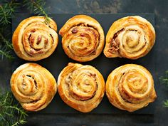 Kokeile joulutorttujen sijaan croissant-taikinasta tehtyjä makeita herkkupaloja, joissa maistuvat lempeä vanilja ja mausteinen piparkakku. No Bake Desserts, Vegan Desserts, Breakfast Time, Croissant, Healthy Treats, I Love Food, Pesto, Muffin, Brunch
