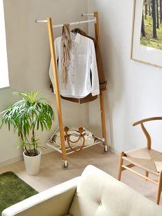 北欧やナチュラル系にぴったり!木製ハンガーラック14選 ハンガーラック木製3 Shift Clothing, Hanger Rack, Wooden Hangers, Ladder Decor, Design, Home Decor, Other, Decoration Home, Room Decor