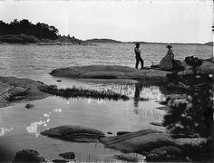 Hetki rantakalliolla 1900-luvun alussa.   Kuvaaja: Turun Sanomat Turun museokeskuksen valokuva-arkisto.