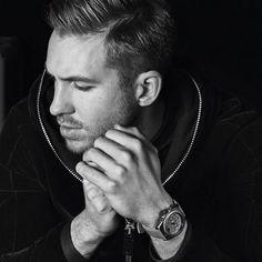 Sabíamos que Calvin tenía un cuerpo de lo más musculado que no dudaba en enseñar para campañas de ropa interior masculina, pero lo que no sabíamos y que nos ha dejado con la boca abierta ha sido la forma que tiene de rellenar los calzoncillos.. #ellos #hombres #hombredelasemana #guapos #sexys #CalvinHarris