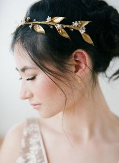 This headpiece with vintage gold leaves, crystals, beads and pearls from Truvelle via etsy is elegant & understated. #bridalheadpiece