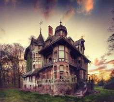 Abandoned Victorian house - arbiter one. I Freaky want an old Victorian one of these days Old Abandoned Houses, Abandoned Castles, Abandoned Buildings, Abandoned Places, Old Houses, Beautiful Architecture, Beautiful Buildings, Beautiful Places, House Architecture