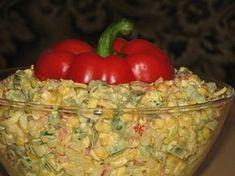 Przepis na extra sałatka z kurczakiem i kukurydzą. Filet z kurczaka pokroić w kostkę, ugotować i ostudzić. Kukurydzę osączyć z zalewy. Jajka ugotować na twardo, ostudzić i pokroić w kostkę.