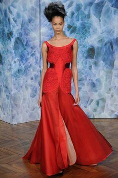 В рамках Недели высокой моды в Париже свою коллекцию представил дизайнер Alexis Mabille. Основой коллекции стали вечерние наряды, большинство из которых включали элементы мужского костюма (смокинга и классического  пиджака)