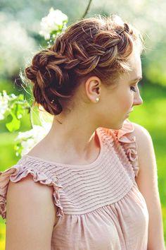 Flecht-Frisur: Locker geflochtener Haarkranz mit Dutt                                                                                                                                                     Mehr