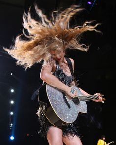 Ive always loved Taylor and that guitar, i miss when shed get on stage and have a guitar i havent seen to much of that in a while :(