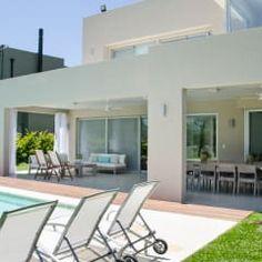 CONEXIÓN EXTERIOR : Casas de estilo moderno por Parrado Arquitectura