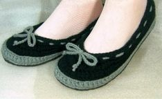 Crochet Indoor Shoes by CraftJunky Easy Crochet Slippers, Crochet Slipper Boots, Knitted Booties, Knit Shoes, Slipper Socks, Sock Shoes, Baby Shoes, Knitting Accessories, Knit Crochet