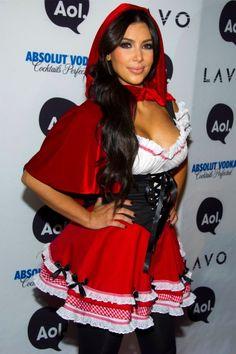 Y Kim Kardashian, una vez más, la reina de la exageración. Y no porque no se pueda ir de Caperucita Roja en Halloween, no. Sólo lo digo por lo excesivo de la exposición pectoral de su disfraz… Va más embutida que las morcillas que le lleva a la abuelita.