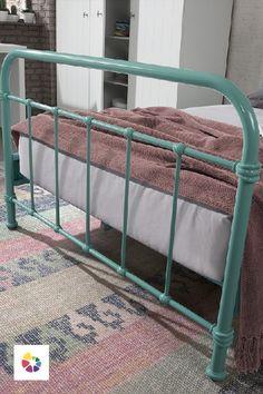 Väčšie deti ju budú milovať. Mätovozelená kovová posteľ je moderná, štýlová a ľahko sa udržiava. Miesto pre spánok je jedným z najdôležitejších a obzvlášť u detí je potrebné dbať na to, aby plnil svoju funkciu dokonale.  Súčasťou postele je rošt. Vhodná veľkosť matraca je 120 x 200 cm, je však potrebné dokúpiť presne taký, ktorý bude na mieru individuálnym potrebám. New York Mets, Mint, Comme, Furniture, Home Decor, Decoration Home, Room Decor, Home Furnishings, Home Interior Design