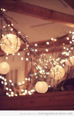 Voici une idée trop original et trop belle pour décorer et réaliser l'éclairage une salle de mariage avec des branches sèches plongés du plafond et pleine de pétites lumières et des ballons o…