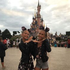 hiiI'm Lisa and I'm Lena we are twins we are both 15 and single we love Disney and cheer and we love the beach ❤️
