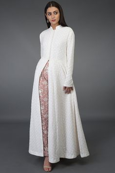 All About Chikankari dresses different Ways To Style Your Outfits! Indian Gowns, Indian Attire, Indian Outfits, Pakistani Dress Design, Pakistani Dresses, Indian Designer Outfits, Designer Dresses, Dress Indian Style, Kurti Designs Party Wear