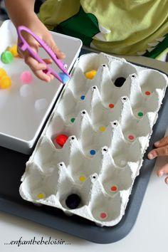 Une autre idée sympa qui réunie apprentissage des couleurs et motricité fine tout en s'amusant! Avec une boîte à œufs par 18, des gomettes…