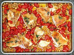 Peito de frango assado com tomate e grão-de-bico