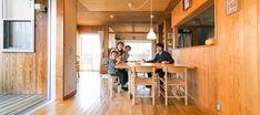 """6年前に建てられた金野邸のコンセプトは""""蚊取り線香の似合う家""""。どの部屋からも外に出られること、内と外の境が曖昧であることが希望だった。"""