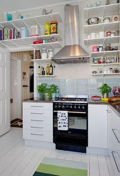 Cute kitchen. (: Prateleiras!