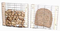 Vogelvoerrekje    Wat heb je nodig:  twee houten balkjes 15mm doorsnee.  Fijn kippengaas.  8 spijkers.  Hamer.  Boterham of doppinda's.