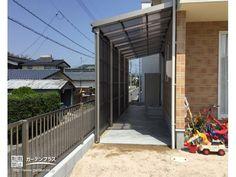雨風をしっかりシャットアウトするストックヤード設置工事 Roof Light, Breezeway, House Extensions, Side Door, Future House, Acre, Porch, Cottage, Construction
