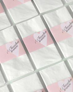 Banderolen für Taschentücher - Mit diesen Banderolen können Sie simple Papiertaschentücher zu einem liebevollen Detail aufwerten. Legen Sie ein Taschentuch mit Banderole ganz einfach ins Kirchenheft oder kleben die Banderole mit einem doppelseitigem Klebeband (noch schneller geht es mit Glue Dots) in den Umschlag.