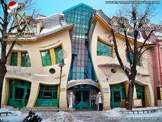 La Casa Torcida, es un edificio que se encuentra en la ciudad polaca de Sopot en el número 53 de la calle Bohaterów-Monte-Cassino. Fue construida en 2004, según un proyecto de los arquitectos Szotyński y Zaleski, que a su vez fueron inspirados por los cómics de Jan Marcin Szancer y Per Dahlberg. Tiene una superficie de alrededor de 4000 m². En la Casa Torcida, funciona un centro comercial, un restaurante con terraza, una sala de juegos y la Radio Muzyka Fakty FM.