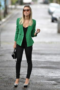 O poder do blazer colorido - Guita Moda Blazer Outfits Casual, Blazer Fashion, Cool Outfits, Fashion Outfits, Style Désinvolte Chic, Look Chic, Mode Style, Look Blazer, Professional Outfits