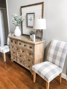 The best cheap decorating trick there is- neutral entry way decor By Wilshire Collections #farmhouse #homedecor Farmhouse Side Table, Farmhouse Decor, Farmhouse Design, Country Farmhouse, Country Decor, Cheap Home Decor, Diy Home Decor, Living Room Designs, Living Room Decor