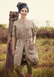 Jacket with the perfect safari look. Details like the drawstring at the hem, removable belt, and pockets for everything from your passport to a little sketchbook. And naturally the sleeves can be rolled up and fastened with a tab.