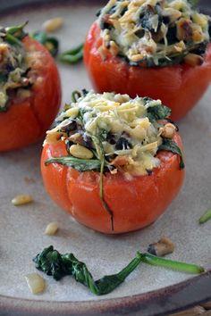 Verwarm de oven voor op 200°C. Snijd het kapje van de tomaten. Schep met een lepel het vruchtvlees eruit. Laat de tomaten ondersteboven even...