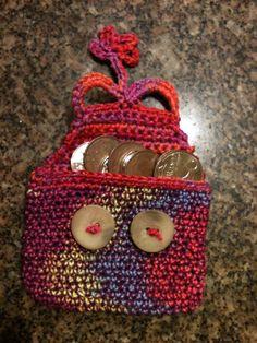Carteira de crochet feita pela artista Renata GAM.
