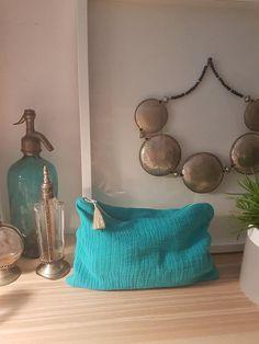 Pochette en double gaz de coton turquoise, doublée éponge avec pompon.