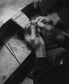 Desde el taller de Joid'art, Ramon trabajando un original de cera con un buril. Minuciosidad para obtener piezas perfectas.  #joidartcrafts #joidartsunnydays #contemporayjewelry #contemporaryjewellery #joidart #barcelona