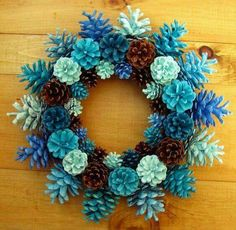 Handmade Natural Earthy Shades of Blue Pine Cone krans van EacArt, … – Tannenzapfen – Wreaths Pine Cone Art, Pine Cone Crafts, Christmas Projects, Pine Cones, Holiday Crafts, Christmas Wreaths, Christmas Crafts, Christmas Ornaments, Pine Cone Wreath