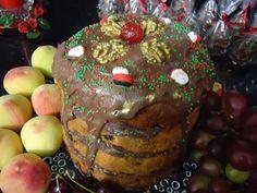 Panetone Trufado e Decorado com Chocolate e confeitos natalinos.