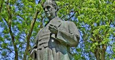 V Zákolanoch pri Prahe aj 31 rokov po revolúcii stojí socha Antonína Zápotockého. Muž, ktorý po roku 1948 spolurozhodoval tresty smrti a pomohol nastoliť totalitný režim.