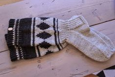 Koti männikössä: Ne on vaan niin äijät! Mittens, Socks, Knitting, Recycling, Adidas, Colors, Diy, Fashion, Fingerless Mitts