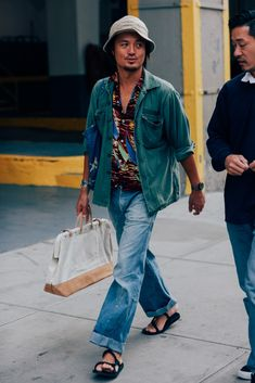 The Best-Dressed Men From New York Fashion Week Photos Cool Street Fashion, Look Fashion, Fashion Outfits, Fashion Tips, Latest Mens Fashion, New York Fashion, Army Shirts, Look Man, New York Street Style