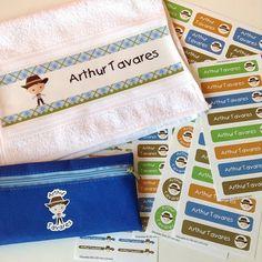 Toalha, estojo e etiquetas personalizadas. Produzido por FabeeStore! Encomende: http://www.fabeestore.com.br/