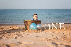 A baby is celebrating his birthday on a beach. One Year Old Baby, Birthday Celebration, Balloons, Creations, Birthdays, Basket, Celebrities, Outdoor Decor, Photography