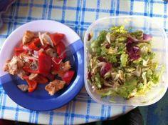 Putenfilet mit Paprika und Salat