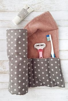 DIY Toothbrush Travel Wrap Travel in style with a DIY toiletry wrap! DIY Toothbrush Travel Wrap Travel in style with a DIY toiletry wrap! Sewing Hacks, Sewing Tutorials, Sewing Crafts, Sewing Tips, Diy Gifts Sewing, Diy Quilted Gifts, Dyi Crafts, Dress Tutorials, Sewing Basics
