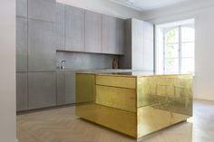 Richard Lindvall est un architecte d'intérieur basé à Stockholm, dont le travail va bien au-delà de la conception spatiale.  L'appartement Gold & Grey se trouve dans une ancienne ambassade au centre de Stockholm. Sur une superficie de 85 m2, ce nouveau lieu de vie joue à la perfection avec les nuances de gris rehaussées par trois magnifiques modules en laiton, l'îlot central de la cuisine, un placard et une table basse.