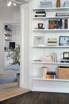 The Container Store's Elfa system (as seen in this room from Hemnet), provides a lot of options - High, Medium, & Low: The Best Sources for Wall Mounted Shelving — Apartment Therapy's Annual Guide Le Living, Home And Living, Living Spaces, Sweet Home, Shelving Solutions, Shelving Systems, Elfa Shelving, Shelf System, Living Room Shelves