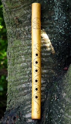 home made Flute<<<Yes. Ye utuvienyes Lo I have found it! THIS is what Mailinneth plays! Native Flute, Native American Flute, Irish Flute, Flute Instrument, Wooden Flute, Homemade Musical Instruments, Wind Drawing, Flautas, Workshop Studio
